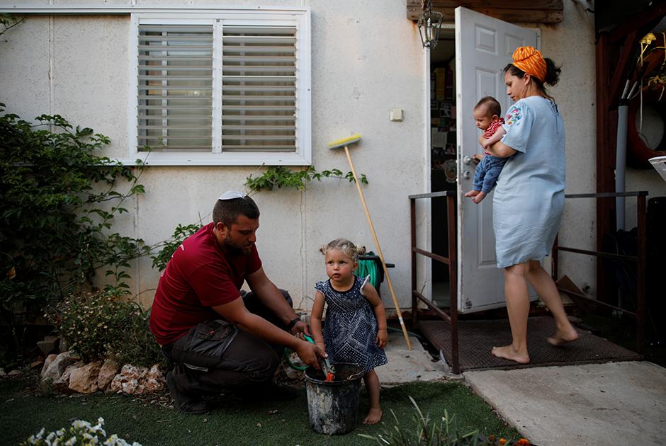 Семья израильтян у себя в саду в Офре