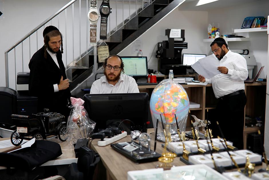 Давид Хамбургер и его коллеги у себя в магазине в Бейтар Иллит
