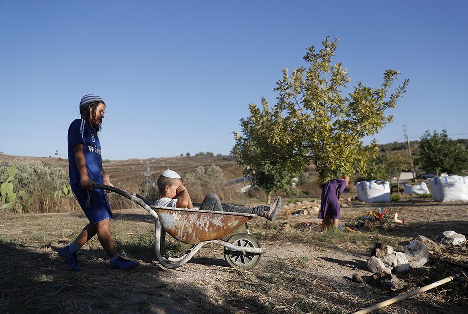 Еврейские дети играют в поселении Хават Гилад