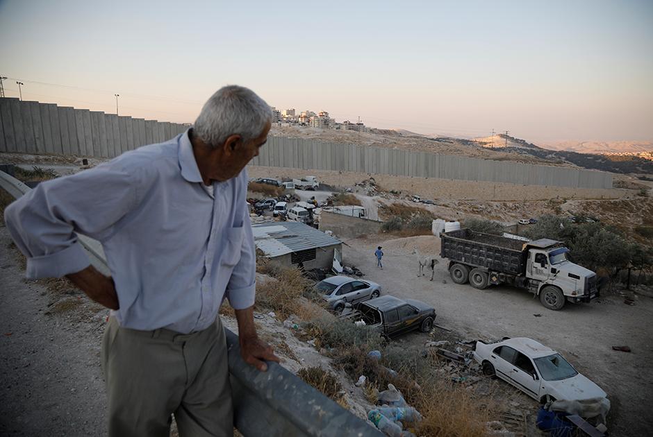 «Неважно, аннексируют ли они Западный берег — они так или иначе его контролируют», — говорит репортерам Reuters 74-летний Фарун.