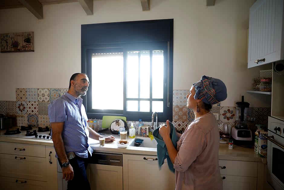 Поселение, в котором живет эта семейная пара, находится на холме и со всех сторон окружено палестинскими деревнями. «Эта земля принадлежит народу Израиля, об этом и говорить нечего», — говорит Итай. Он поселился здесь в 2002 году после того, как его брата застрелили палестинские боевики.