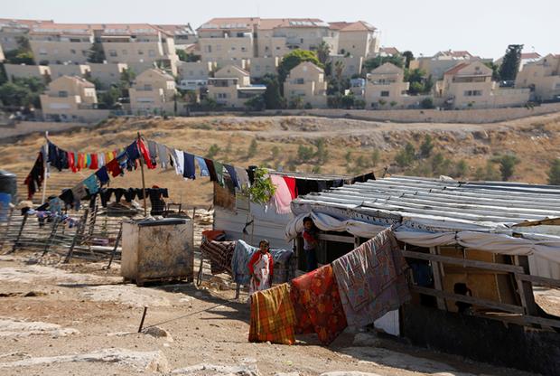 Палестинцы, населяющие Западный берег, жалуются, что ограничения, вызванные израильской оккупацией,не дают им улучшать свой уровень жизни: порой не хватает даже воды — как для посевов, так и питьевой.