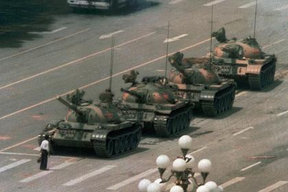 Умер автор знаменитого снимка с человеком и танками на площади Тяньаньмэнь