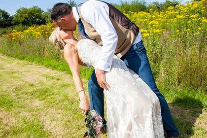 Женщина нашла применение свадебному платью в обычной жизни