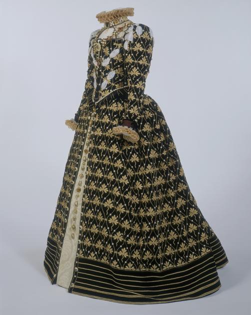 Платье «Феникс», которое носила сыгравшая Елизавету I в сериале «Би-би-си» актриса Гленда Джексон. Сериал вышел в 1970 году, а источником вдохновения для платья послужил портрет Николаса Хилларда 1575 года, на котором королева была одета в подобное платье.