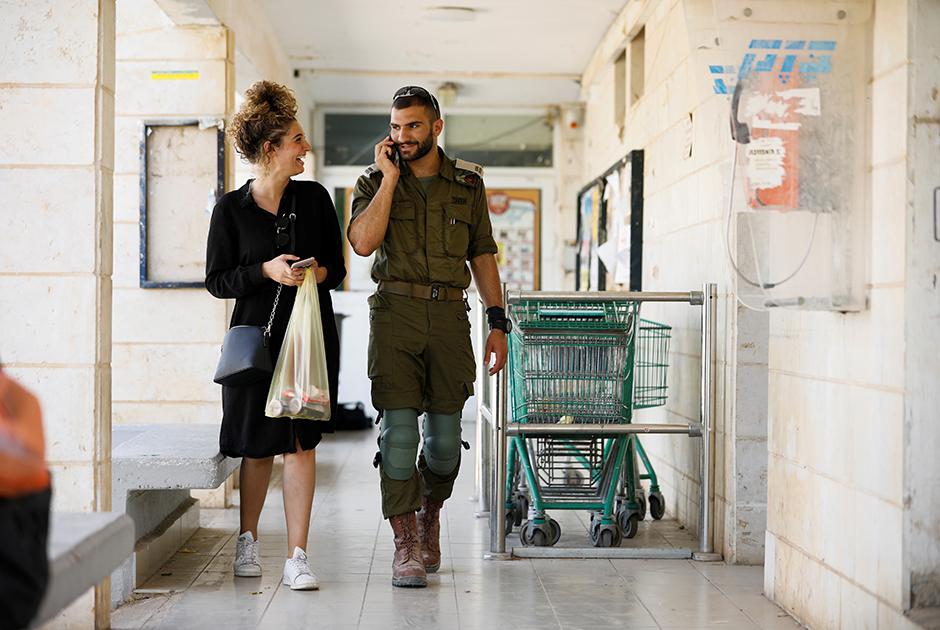 Израильский солдат общается с женщиной, жительницей Офры