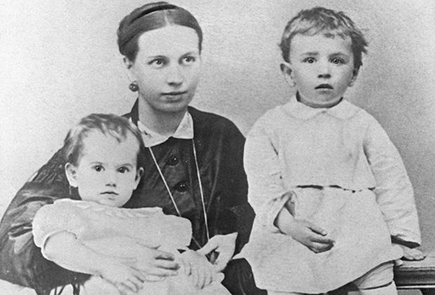 Жена писателя Льва Толстого Софья Андреевна Толстая с детьми Таней и Сережей. 1866 год