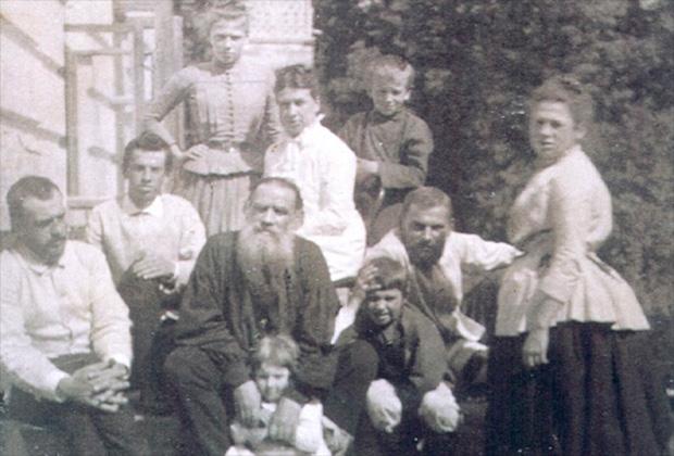 Толстой с женой и детьми. 1887 год
