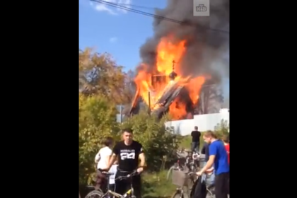 В России сгорел построенный на месте сожженной часовни храм