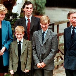 Принцесса Диана с сыновьями, принцами Гарри и Уильямом, мужем, принцем Чарльзом, и директором Итона Эндрю Гейли (во втором ряду), 1995 год