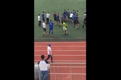 Массовая драка на российском стадионе попала на видео