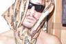 Вдохновение Гвасалия черпал не только у полицейских, но и у российских бабушек. Впервые свою версию косынки дизайнер продемонстрировал на показе осенне-зимней коллекции 2018 года. Теперь Instagram бренда наводнен брутальными мужчинами с куполами на груди, золотыми цепями на шее и бабушкиными платками на голове. Такой аксессуар, кстати, стоит около 30 тысяч рублей.
