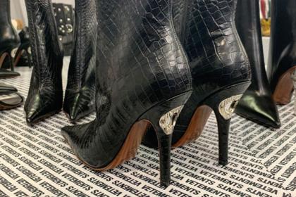 Грузинский дизайнер придумал обувь для любителей выпить