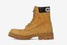 А трекинговые ботинки Combat Boots, дизайн которых в точности скопирован у американского Timberland, доступны по цене раз в десять выше, чем у последнего. Рыжими ботинками с надписью Vetements можно разжиться за 1,2 тысячи евро (85 тысяч рублей).