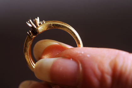 Девушка отказалась от дорогого обручального кольца и удивила пользователей