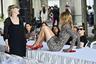 Кто мог лучше продемонстрировать туфли из российских паспортов, чем обладательница одного из них? Vetements вовсю сотрудничал с отечественными моделями, и участницей одного из парижских показов стала Наталья Водянова. На ней, кстати, еще одна культовая вещь бренда, а именно — облегающее леопардовое платье, рукава которого незаметно перетекают в перчатки.
