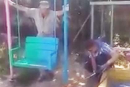Построенную россиянами детскую площадку спилили по требованию чиновников