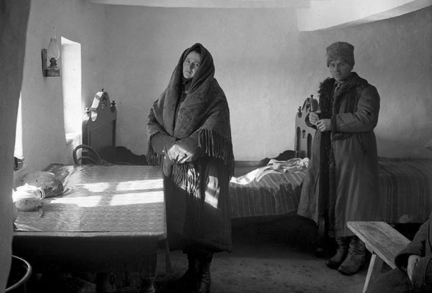 Коллективизация на Украине. Кулака с женой выселяют из деревни. Репродукция с фотографии 1929 года.