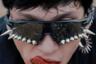 Если вы давно мечтаете бороться с вампирами так же эффектно и грациозно, как герои фильма «Ночной дозор», оставаясь при этом в тренде, очки с шипами Vetements X Oakley созданны именно для вас. Внушительности образу добавит размазанная по губам кровь или, на худой конец, томатный сок.