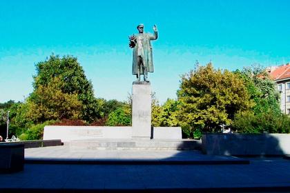 Приковавший себя к памятнику чех свернул протест из-за рабочего графика