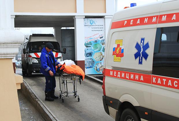 Автомобиль реанимации у здания Иркутской городской клинической больницы №3
