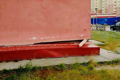 Российские коммунальщики «починили» дом доской
