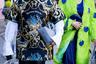 Забавная аллюзия на мексиканский стиль: мужчина в широкой черной шляпе и просторной рубахе с принтом в барочном стиле, женщина — в севильском платье с оборками и накидке с сердечками, но не красно-черной, как положено, а сине-лаймовой. Иронично и броско.