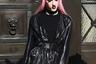 Этого гостя, похоже, вдохновила на выбор костюма к Неделе моды Анджелина Джоли в роли Малефисенты. А заодно девочки в розовых париках из токийского района Харадзюку и персонажи аниме и манга, которым они подражают.