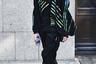 Молодой человек вырезал из бумаги маску в тон полоскам на своей деконструктивистской куртке. Получилось довольно интересно, но для Лондонской недели моды недостаточно вызывающе.