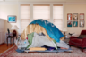 Сан-Франциско входит в тройку самых дорогих городов США, однако по уровню жизни бездомных он проигрывает многим другим мегаполисам. Когда немецкий фотограф Яна София Нолле впервые приехала в Сан-Франциско в 2016-м, она сразу же заметила этот поразивший ее контраст. Она захотела соединить два мира, воссоздав жилье бездомных в богатых домах. «Смысл этого проекта — показать важность формирования отношений между людьми», — говорит Нолле.