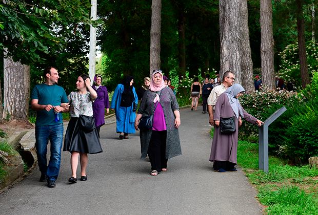 Турецкие туристы в ботаническом саду в Батуми