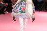 Ричард Куинн известен тем, что именно он стал тем самым дизайнером-счастливчиком, на показ которого впервые в истории пришла британская королева Елизавета II. На сей раз Куинн увлекся южноиспанскими мотивами: цветочные принты, оборки, кружева.