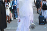 Вообще европейские мужчины, похоже, всерьез увлеклись травести-стилем. Этот молодой человек пришел на показ в деконструктивистском свадебном платье и черных туфлях на шпильке.