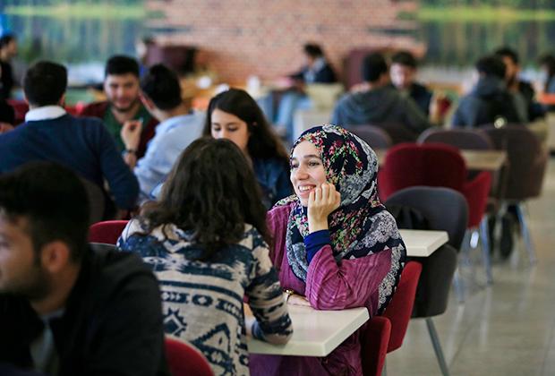 Студенты в университетском кафетерии в Стамбуле