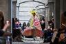 Латышско-израильский дизайнерский дуэт Fydor Golan (рижанин Федор Подгорный и тель-авивец Голан Фридман) устроили показ в сумрачном антураже викторианских особняков. Модели дизайнеров напоминали персонажей тель-авивского Парада Гордости: яркие парики, пестрые принты, панковский хаер вместо короны и стеганое одеяло вместо мантии.