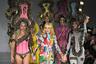 Дизайнерка Пэм Хогг вышла на финальный показ своего экстравагантного шоу, напоминавшего цирковое представление, вместе с моделью Элис Деллаль.