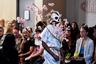 Ниспровергатель основ Гаретт Райтон выпустил на подиум хрупкую модель, олицетворяющую тленность всего прекрасного: ветка цветущей сакуры символизировала весну, а маска-череп — смерть.