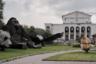 Обычно зритель любуется пейзажем так, как принято воспринимать живопись в галерее. Он видит особенное, необычное, сцены, монументы, символы, знаки. Но совсем не замечает ландшафт — только заменяющие его детали. При этом задает ему настроение и дает оценку. Восторгается или ужасается. <br><br> Снимок сделан в Москве на территории ВВЦ у павильона «Нефть».