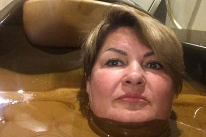 Искупавшейся в «шоколадной» ванне чиновнице предложили сохранить работу