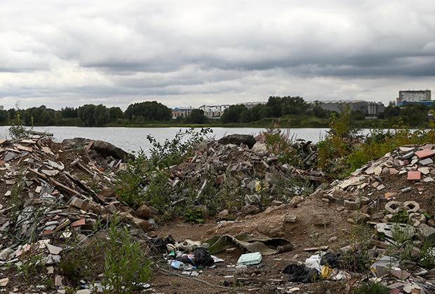 Стихийная свалка у озера Глушица вблизи аэропорта Жуковский