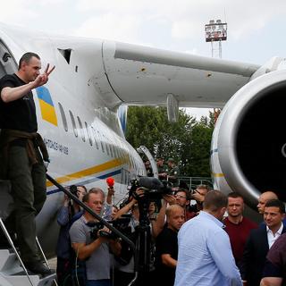 Режиссер Олег Сенцов выходит из самолета