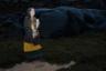 Перед церемониями и обрядами Альда Вала Асдисардоттир облачается в традиционный костюм, каждая деталь которого имеет символическое значение. Женщина стала жрицей Асатру четыре года назад. Ее привлекла открытость и терпимость движения. На его собраниях приветствуют всех, независимо от пола, национальности и даже вероисповедания. Туда часто приходят буддисты или индуисты, а летом на встречах Асатру иностранцев подчас больше, чем коренных исландцев.