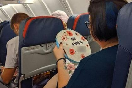 Пассажирка самолета скоротала полет за вышиванием матных слов и прославилась