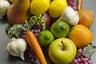 Топ возглавили муляжи фруктов и овощей. Откуда вообще взялась идея украшать домашние пространства таким образом, доподлинно неизвестно. Возможно, это как-то связано с товарным дефицитом, в XX веке не обошедшим, вероятно, ни одну страну мира. Против пластмассовых лимонов и киви выступили 36 процентов опрошенных.