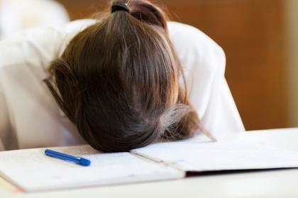 Вспотевшая школьница сняла на уроке пиджак и оказалась наказана