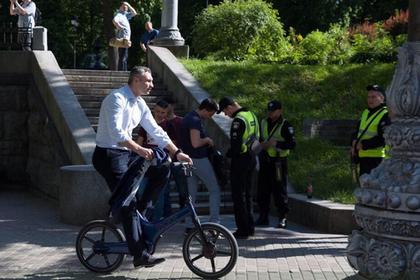 Кличко приехал к заминированному мосту на велосипеде