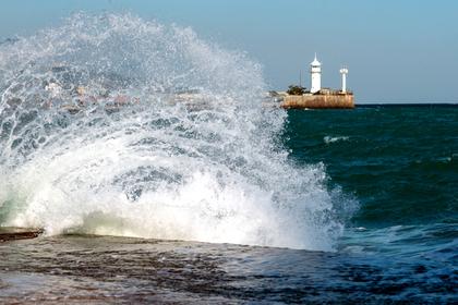 Серфингиста унесло в открытое море в Крыму