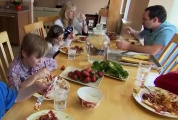 Наталия Барнетт за семейным столом в 2012 году (в середине слева)