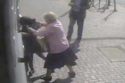Бесстрашная 81-летняя женщина отбилась от беременной грабительницы