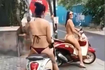 Туристки прокатились в откровенных бикини на мопедах по городу и были обруганы